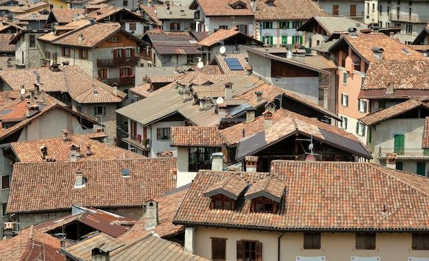 Telhados da vila italiana de bagolino na montanha norte da itália
