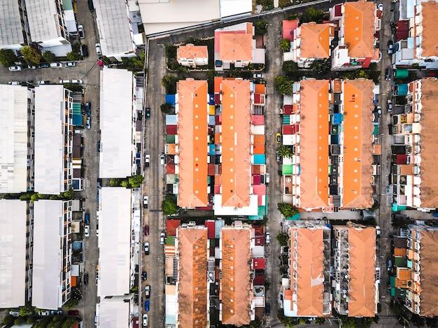 Telhados de casa coloridos em denso