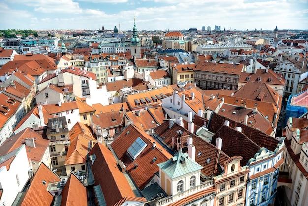 Telhados de casas vermelhas tradicionais na praça da cidade velha de praga, república tcheca