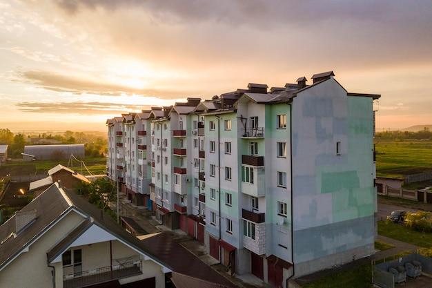 Telhados de edifícios de apartamentos e subúrbios