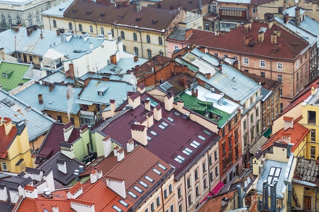 Telhados de edifícios de uma antiga cidade europeia, vista superior