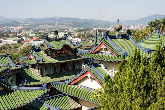 Telhados de palácios coloridos no templo baohu dimu no município de puli, taiwan, ásia
