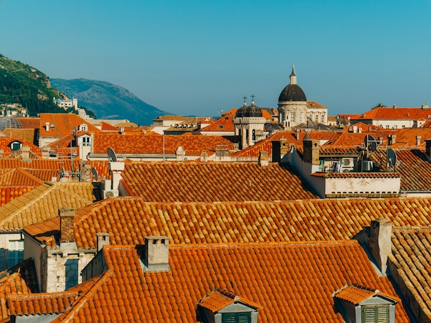 Telhados de telha da cidade velha de dubrovnik na croácia