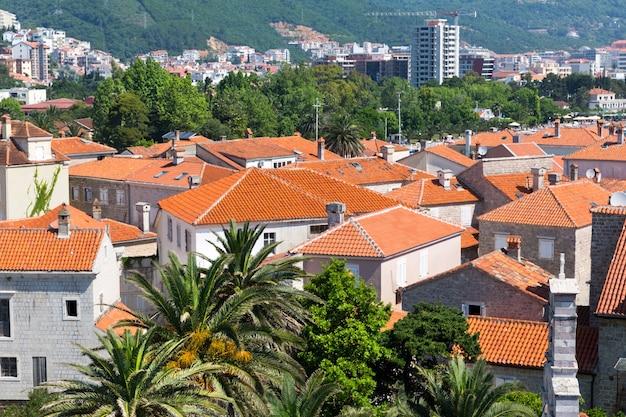 Telhados de telha da velha cidade europeia, budva, montenegro