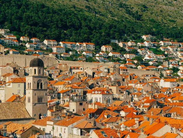 Telhados de telhas da cidade velha de dubrovnik na croácia