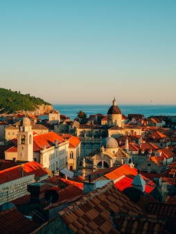Telhados de telhas de casas de igreja na cidade velha de dubrovnik na croácia