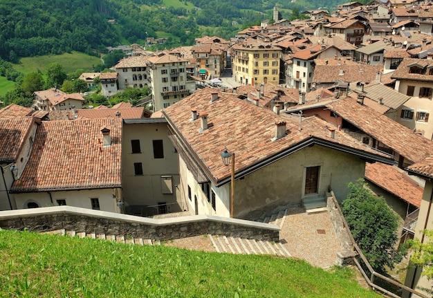 Telhados de uma vila de montanha italiana bagolino ao norte da itália no verão