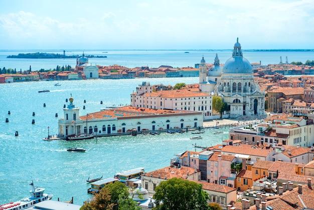 Telhados de veneza de cima. vista aérea de casas, mar e palácios da torre de san marco