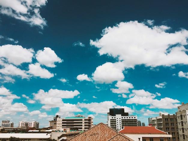 Telhados e céu azul com nuvens