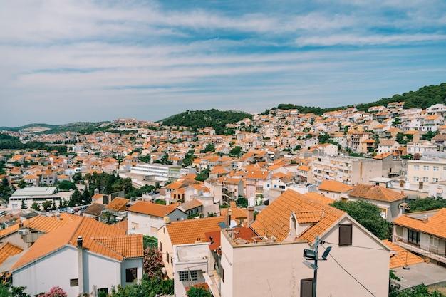 Telhados laranja de casas antigas em sibenik contra um fundo de céu azul
