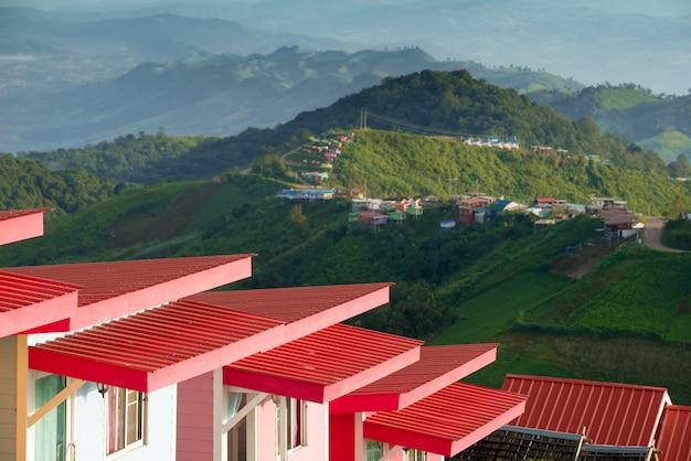 Telhados vermelhos com vista para a montanha