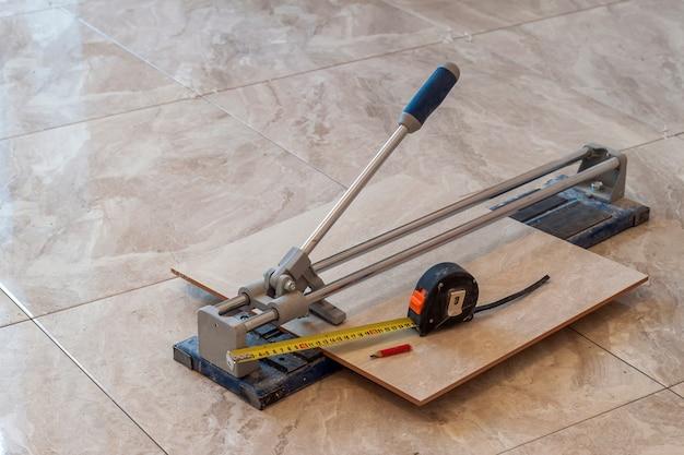 Telhas cerâmicas e ferramentas para ladrilhador