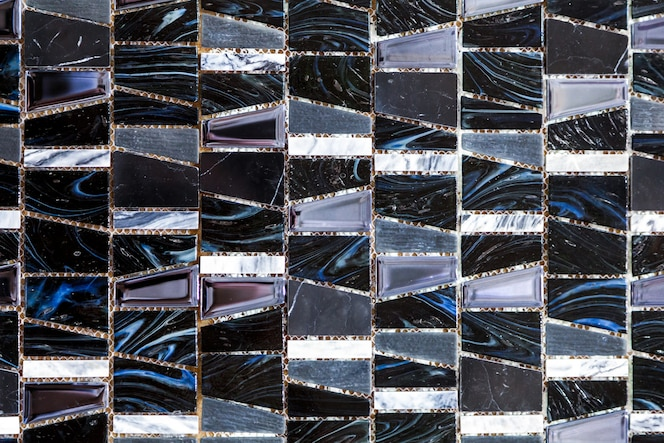 Telhas coloridas preto e branco do fundo do mosaico. close-up de limpeza de mosaicos preto e branco fundo de textura de parede de chuveiro