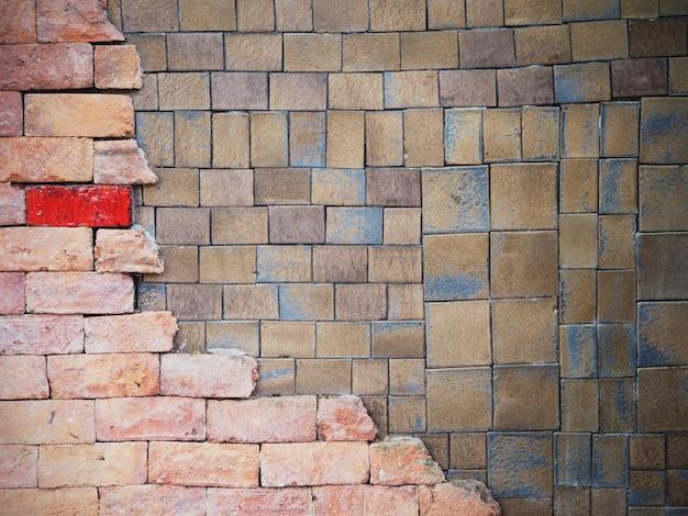 Telhas de barro quadrado e fundo da parede de tijolo
