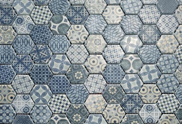 Telhas de cerâmica hexagonais.