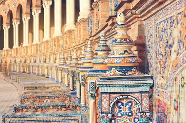 Telhas de ornamento na plaza de españa em sevilha, espanha