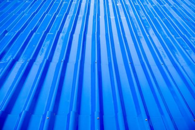 Telhas de telhado azul molhado da chuva para o fundo