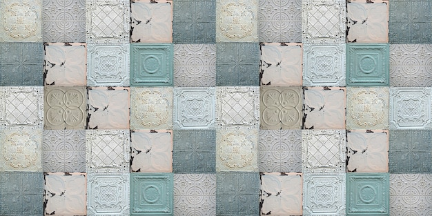 Telhas decorativas antigas de estanho pintadas com padrão uniforme