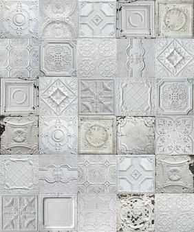 Telhas decorativas antigas de estanho pintadas