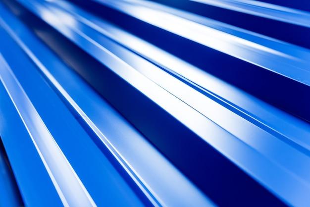 Telhas metálicas azuis com gotas de água