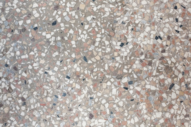 Telhas pequenas multicoloridas no chão.