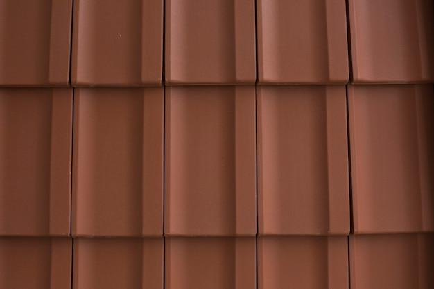 Telhas vermelhas de telhas no telhado, close-up