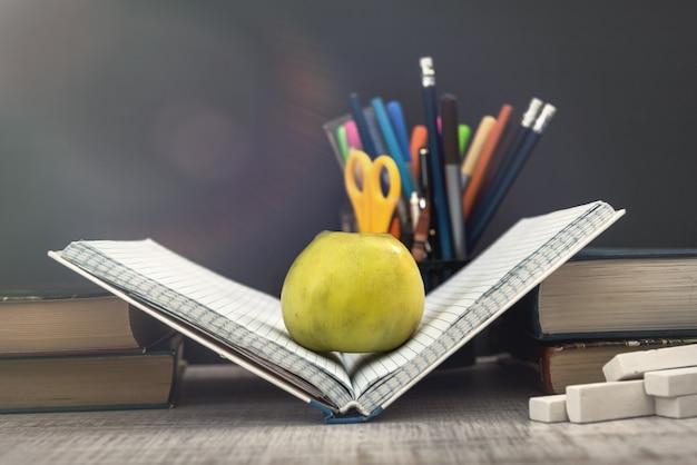 Tema da escola. de volta ao conceito de escola. início da educação.