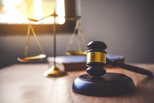 Tema da lei, malho do juiz, agentes da lei, casos baseados em evidências e documentos levados em consideração.