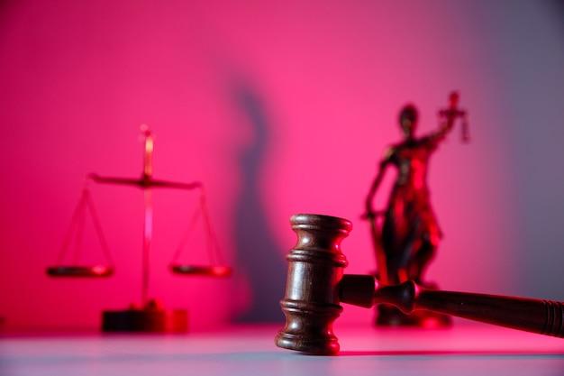Tema da lei. martelo do juiz, senhora justiça e balança em cima da mesa.