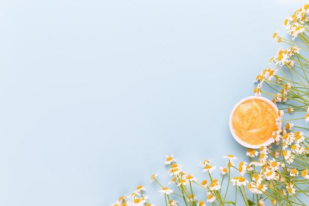 Tema de aromaterapia de camomila, cosmético feito à mão. espaço para ervas medicinais e textuais de flores