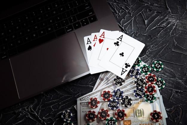 Tema de casino online. fichas de jogo e cartas de jogar em fundo cinza.