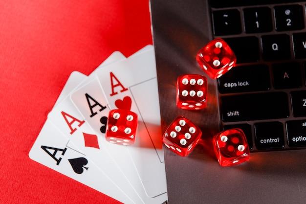 Tema de cassino de pôquer online jogando cartas e dados em um fundo vermelho