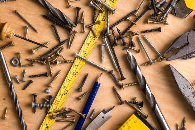 Tema de construção. ferramenta de trabalho em um de madeira.