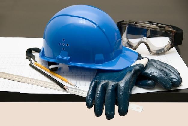 Tema de construção: objetos diferentes na mesa