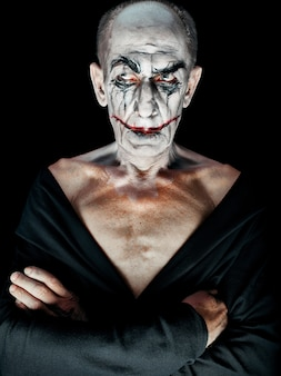 Tema de halloween sangrento: o rosto maniak louco no estúdio escuro