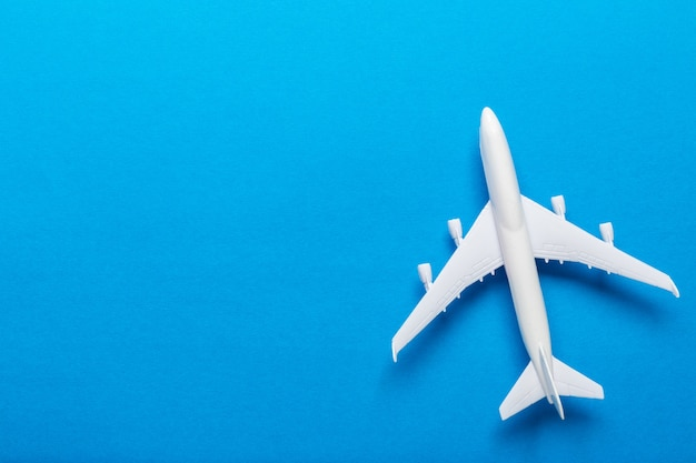 Tema de viagem de avião em miniatura