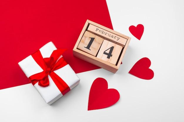 Tema do dia dos namorados com calendário de blocos de madeira