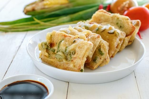 Tempe mendoan é um alimento tradicional feito de tempeh coberto com massa de farinha com uma mistura de alho-poró fatiado e especiarias. cozido por fritura
