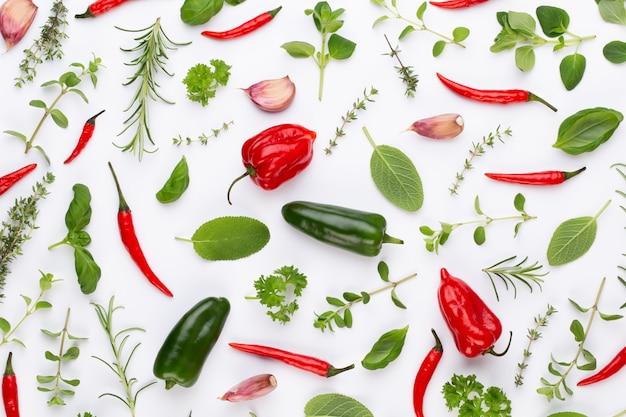 Tempere as folhas de ervas e a pimenta malagueta no espaço em branco. padrão de vegetais. floral e vegetais no espaço em branco. vista superior, configuração plana.