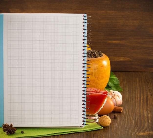 Tempero alimentar e livro de receitas em madeira