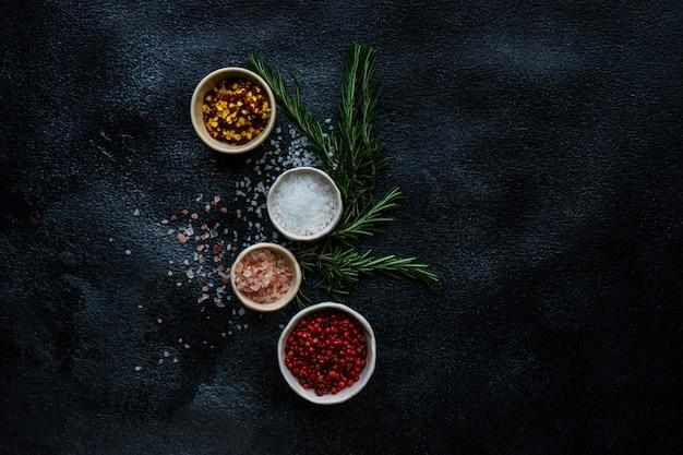 Tempero conceito de cozinha com sal do mar