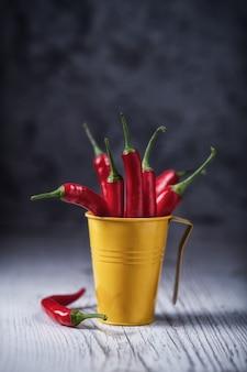 Tempero de pimentão vermelho em um balde amarelo mexicano