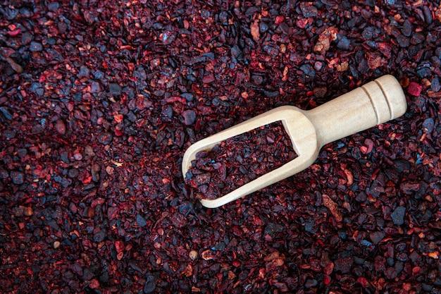 Tempero de tomate seco com espátula de madeira