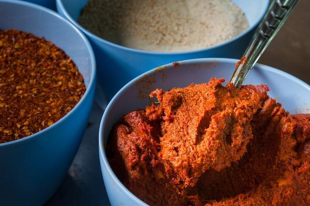 Temperos da tailândia no copo azul na cozinha pronto para cozinhar alimentos tailandeses