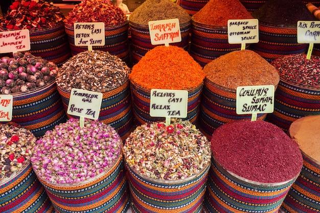 Temperos especiarias e chás secos no mercado oriental de istambul.