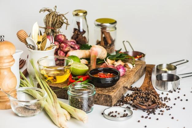 Temperos para usar como ingredientes de cozinha em uma madeira