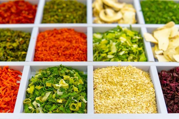 Temperos secos naturais especiarias para cozinhar são vendidas na loja