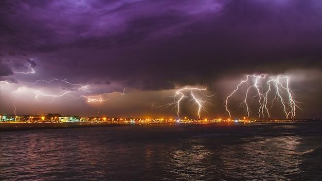 Tempestade com relâmpagos intensos de tirar o fôlego sobre o oceano na cidade de esposende, portugal