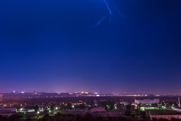 Tempestade com relâmpagos na cidade. noite escura e dramática com nuvens