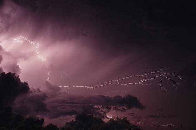 Tempestade com relâmpagos nas maldivas
